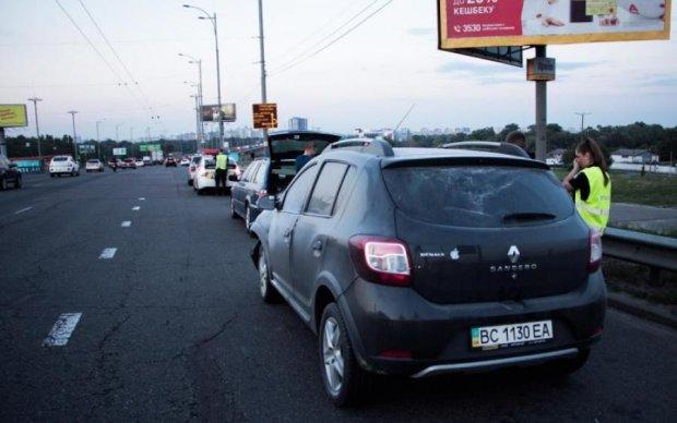 ДТП вызвало серьезную пробку на ключевом столичном мосту: фото