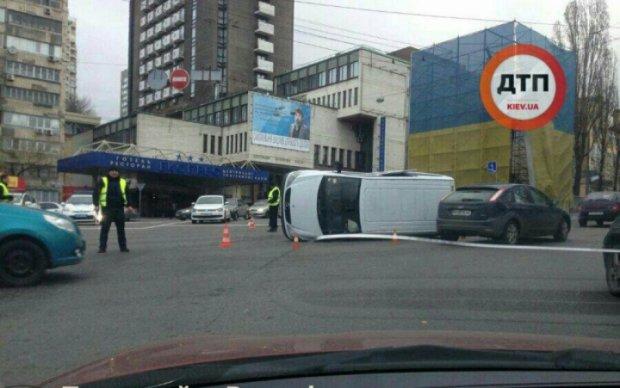 Перевернутый Mercedes заблокировал проспект Победы в Киеве