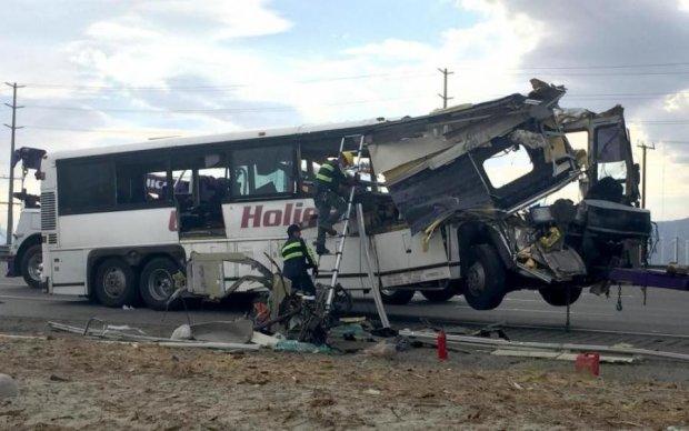 На популярном курорте перевернулся автобус: есть погибшие