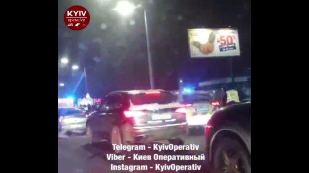 """У Києві біля ТЦ """"Блокбастер"""" сталася масштабна ДТП: рятувальники і поліцейські на вухах"""