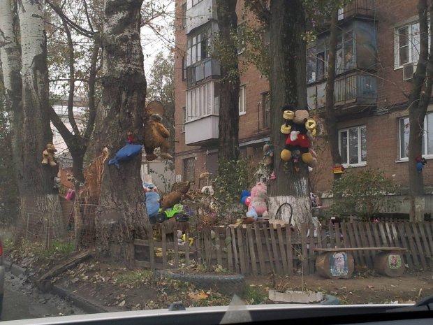 В киевском дворе устроили кладбище: десятки повешенных