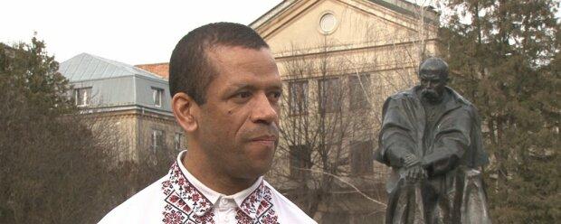 """На Тернопольщине темнокожий красавец взялся за Кобзарь и мотивирует других: """"В нем - вся Украина"""""""