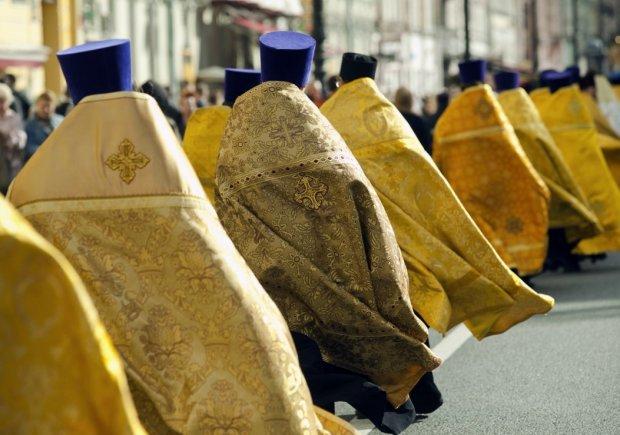 Louis Vuitton кадилу не перешкода: райське життя священика не приховала навіть ряса, парафіяни в шоці
