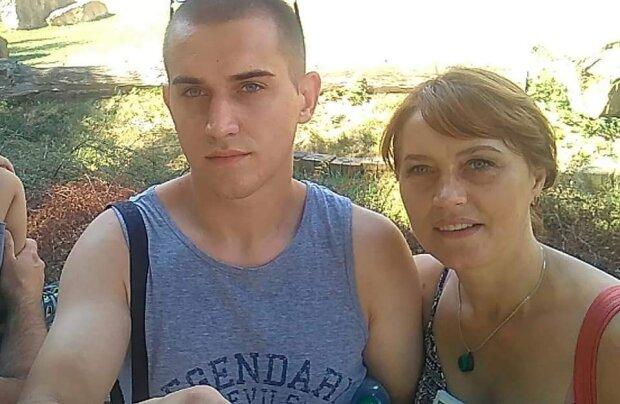 Змучена франків'янка благає врятувати хворого на рак сина, молоде життя повисло на волосині