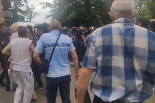 В Харькове скорая с зараженным мужчиной едва прорвалась в больницу сквозь взбешенную толпу - Новые Санжары, дубль два