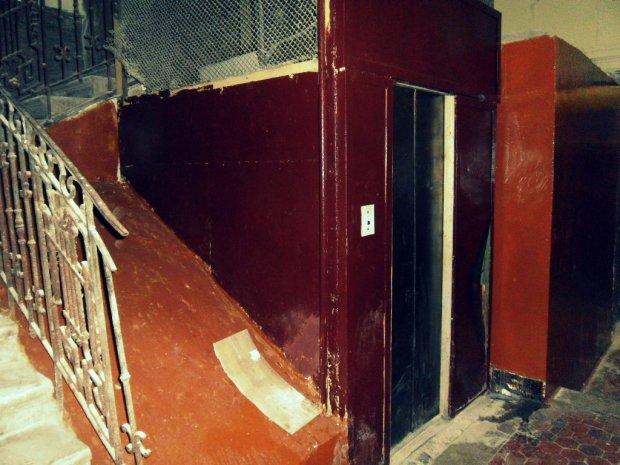 Молодую женщину жестоко зарезали в лифте, лица зверей засняла камера: строго 18+