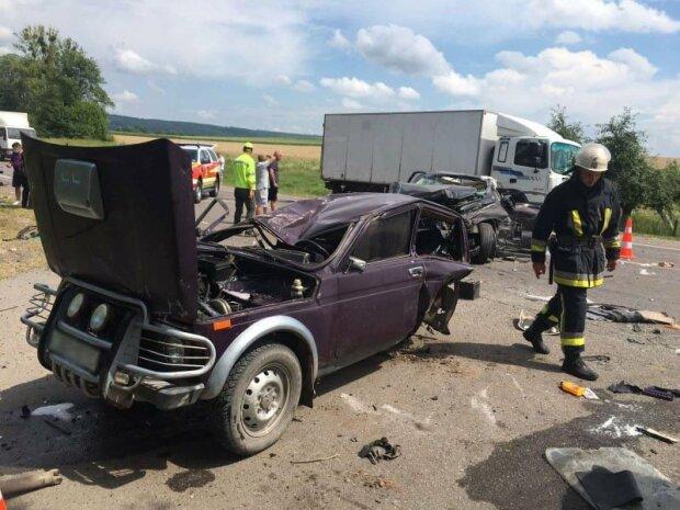 Авто вдребезги, водителя выпиливали: в тяжелом ДТП на Львовщине пострадали дети