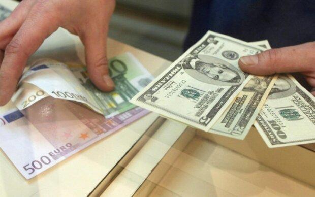 НБУ укрепил гривну по отношению к доллару