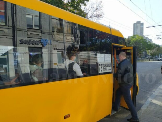 """В Днепре """"голая"""" пассажирка устроила переполох в маршрутке: """"Кашляла и хрипела"""""""