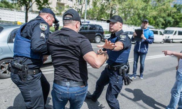 """Под Киевом мужчина залил глаза и схватился за топор: """"храбрость"""" исчезла за решеткой"""