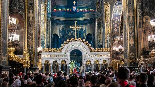"""У Києві неадекватні блогерки влаштували """"шоу"""" в церкві на Великдень: курили і задували свічки"""