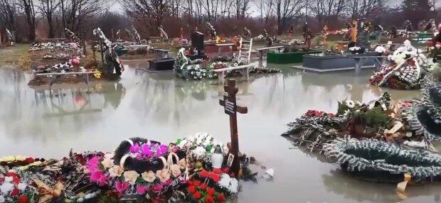 Свежие могилы под действием непогоды, скриншот: Facebook