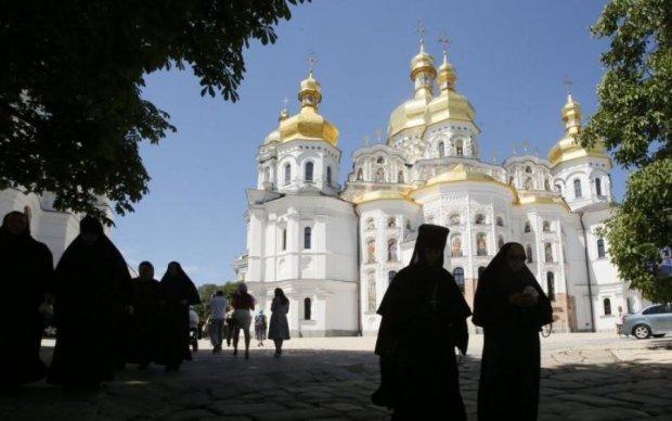 Вез Кириллу дань: на границе задержали священника Киево-Печерской лавры