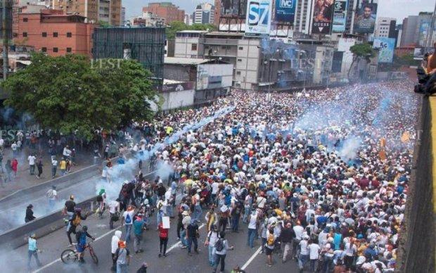 """Новый """"Майдан"""" в Венесуэле: в демонстрантов стреляли"""