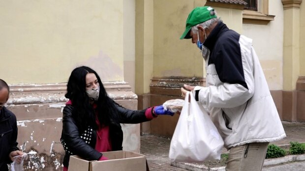 """Легендарная волонтерка из Франковска празднует день рождения с бездомными: """"Один батон и десять мивин"""""""