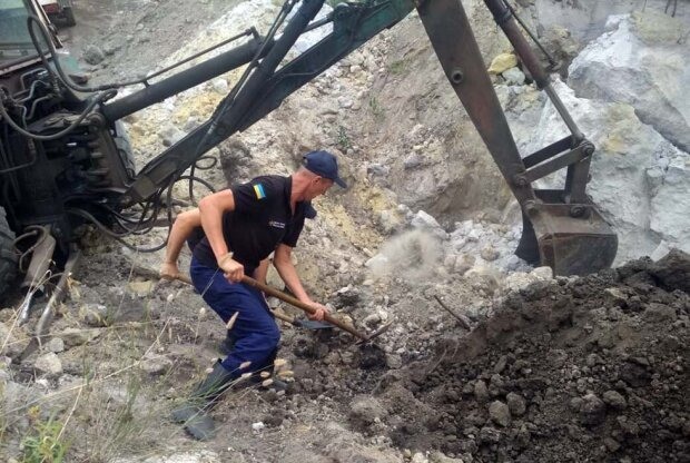 Под Днепром тонны песка похоронили молодую семью - погибли любящий папочка и маленькая принцесса