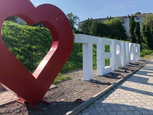 """У Тернополі вандали понівечили вiзитiвку міста, без сліз не поглянеш: """"I love Ternopil"""""""