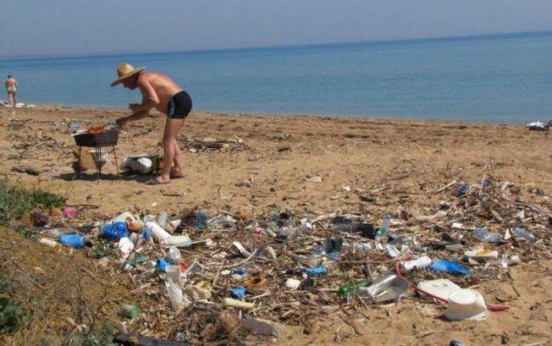 Смердить каналізацією і шаурмою: кримські пляжі спіткала екологічна катастрофа