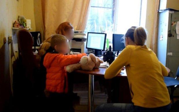Горе-мать издевалась над приемной девочкой с Донбасса