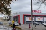 """Український супермаркет заливає місто незрозумілою рідиною: """"Перестрибуємо калюжі"""""""
