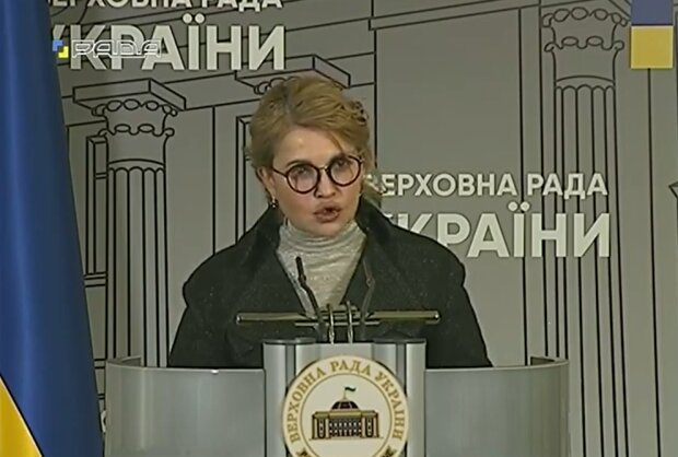 """Тимошенко заговорила про """"санкції"""", але публіка накинулася на новий імідж та атрибут Гаррі Поттера"""
