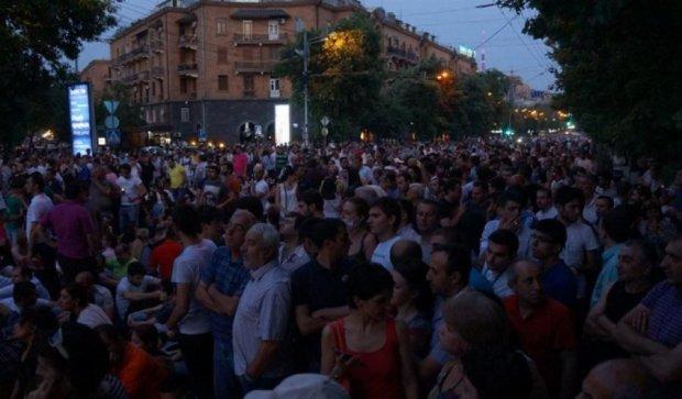Вірменський «майдан» знову зібрав тисячі людей
