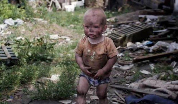 """Сепаратисты """"ДНР"""" заставили плакать ребенка, чтоб снять пропагандистский ролик (видео)"""