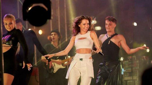 Надя Дорофєєва і танцюристи, фото: Instagram