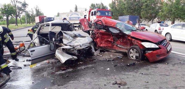 Під Києвом сталася жахлива ДТП: авто розмазало по асфальту, багато жертв