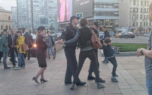 Путінські силовики скрутили школяра, який читав вірші: відео