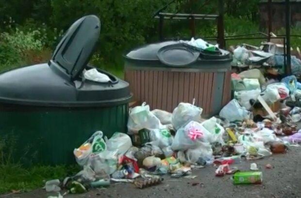Під Тернополем шукають жінку, яка закидала все село сміттям