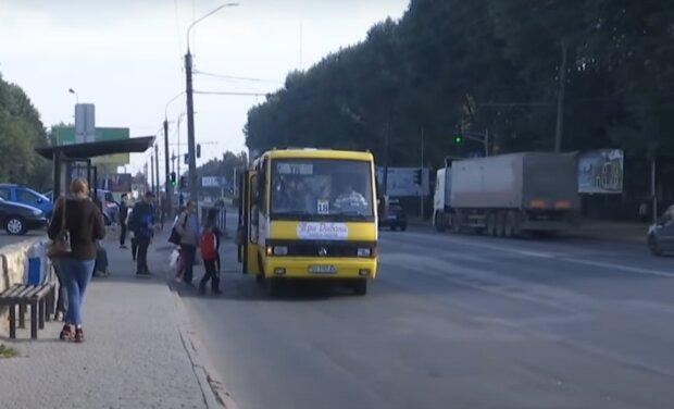 На Тернопільщині невідомі загадили дитячий майданчик - випили, погуляли і все поламали