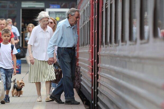 Працюють за кордоном, отримують пенсію в Україні: скільки земляків двічі залишилися у виграші