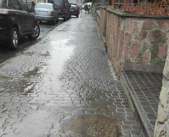 У Львові вода забила фонтаном на морозі, дорога - суцільна ковзанка: готуйтеся, травматологи