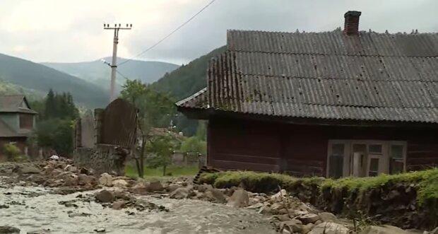На Прикарпатті затоплене село перетворилося на смертельну пастку - дороги і мости зруйновані, їжі немає