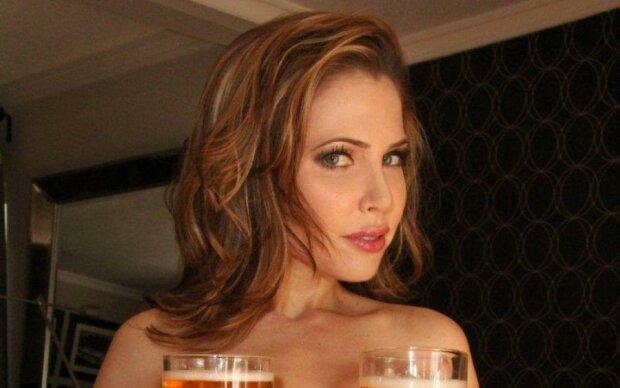Всемирный день шоколада: модель Playboy измазала шестой размер глазурью
