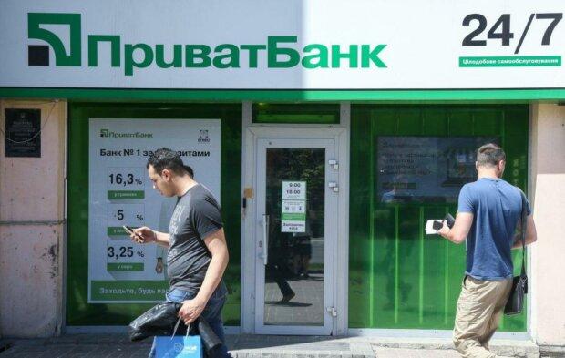 """""""ПриватБанк"""" розпрощався з """"полуничкою"""": українцям дадуть право вибору"""