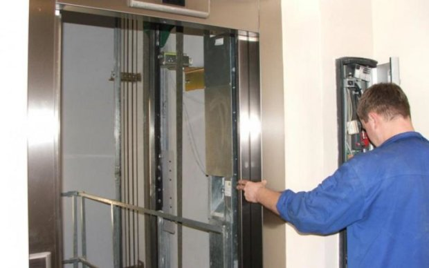 В Киеве оборвался лифт с пенсионеркой