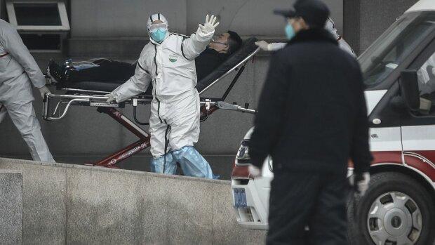 """Ни воды попить, ни в туалет сходить - китайская медсестра рассказала о работе в """"коронавирусной"""" больнице"""