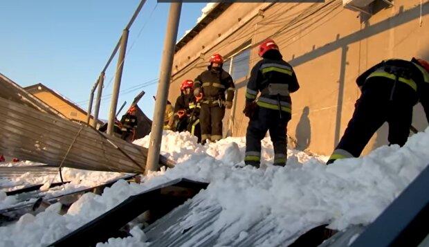Во Львове обвалилась крыша из-за снега: Facebook ГСЧС Львовской области