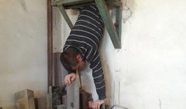 На Херсонщине пьяный акробат застрял в вентиляционной шахте