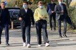 Вибори в Україні: на Зеленського накинулася гола активістка, президент не оцінив