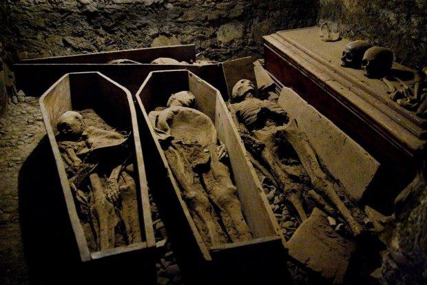 Вандали пограбували церковний склеп і викрали голову хрестоносця