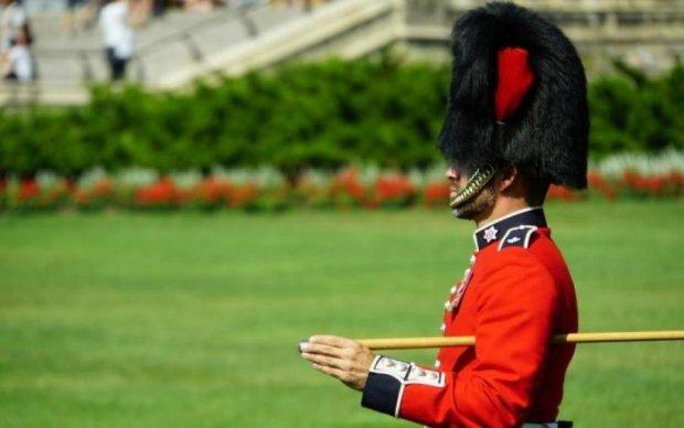 Туристка потрапила під гарячу руку королівського гвардійця: відео