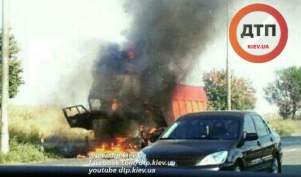 Вантажівка згоріла в Голосіївському районі столиці