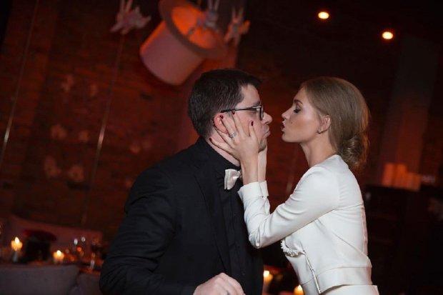 Харламов і його зіркова дружина живуть з одним підборіддям на двох: дивне фото