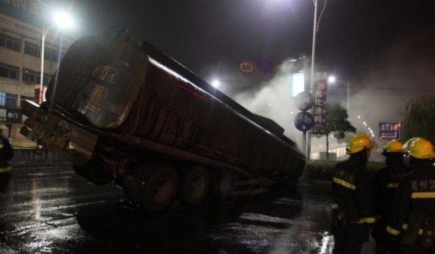 ДТП в Китае: цистерна разлила 20 тонн серной кислоты