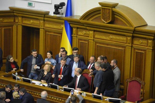 Селфи, ругань, матюки: как депутаты ввели военное положение в Украине