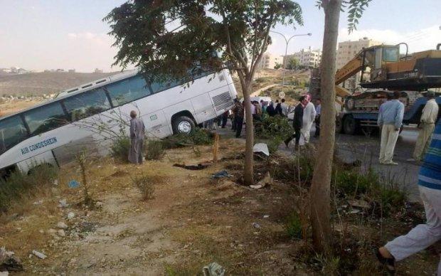 Перевернулся и улетел: пассажирский автобус попал в ужасное ДТП