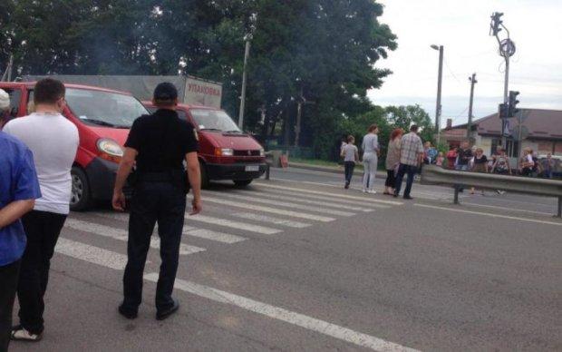 Місяцями без зарплат: півсотні українців заблокували головну трасу